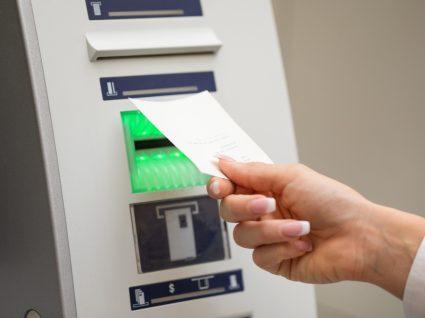 Mulher a consultar o saldo bancário no Multibanco