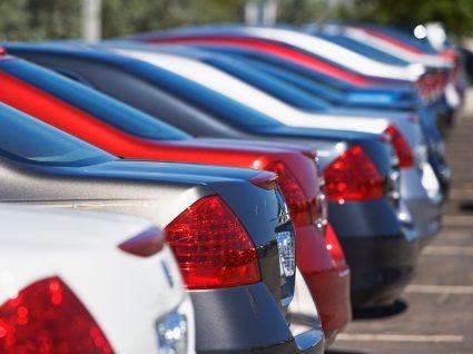 Carros para venda estacionados num parque de estacionamento