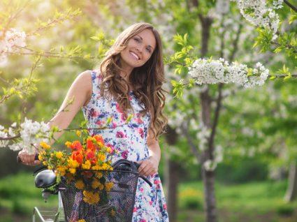 Mulher com vestidos de primavera