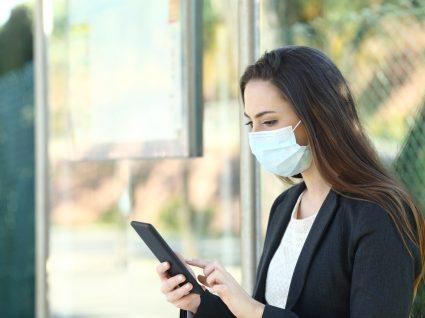 mulher a procurar emprego em tempos de pandemia