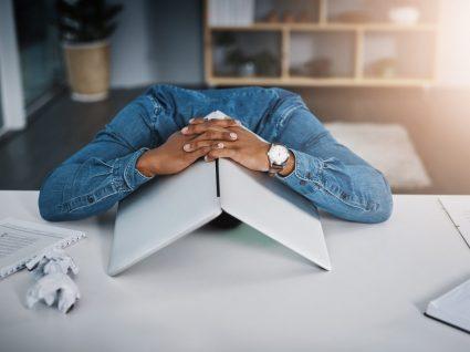 trabalhador exausto a sofrer de zoom fatigue