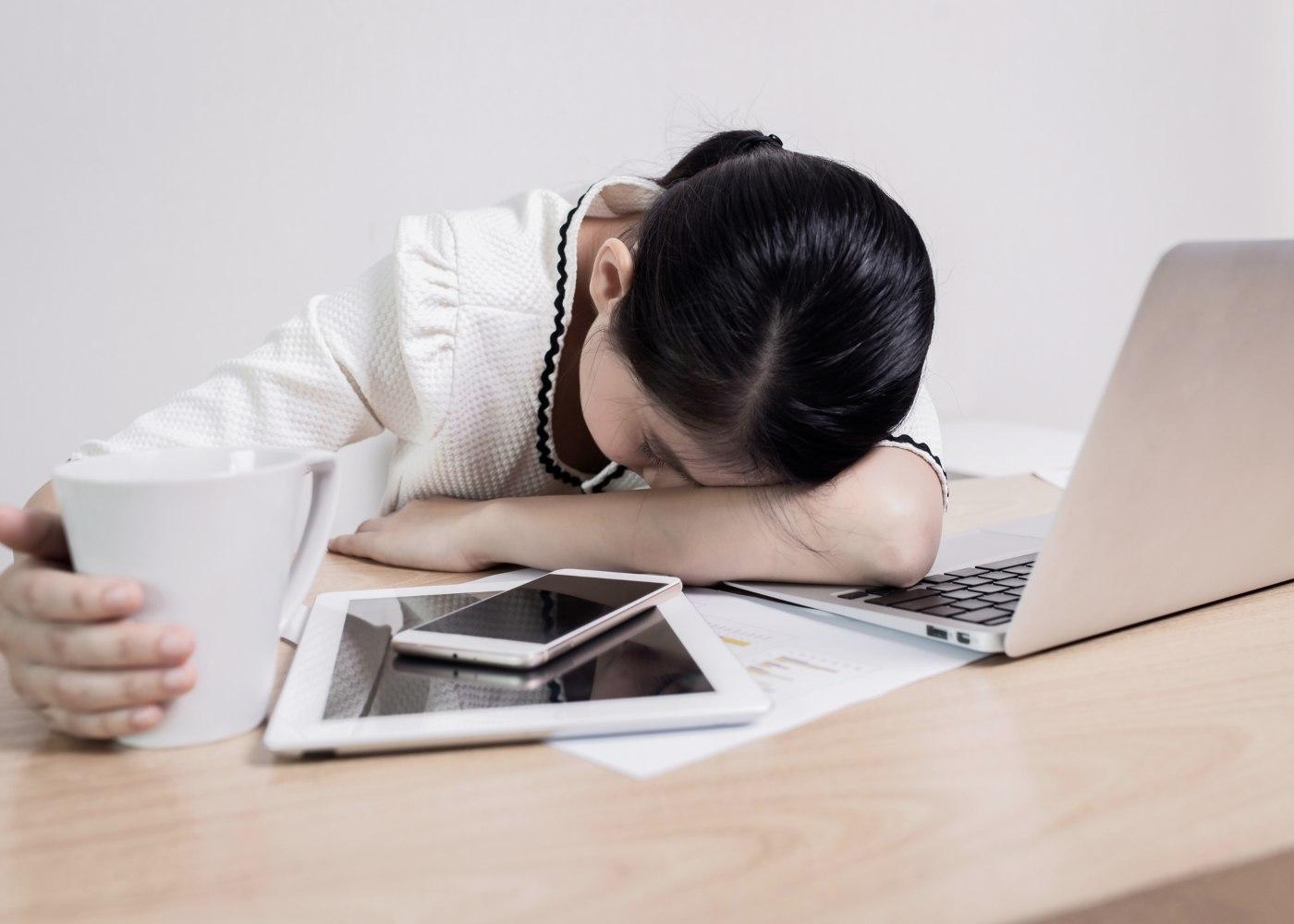 trabalhadora exausta a sofrer de zoom fatigue