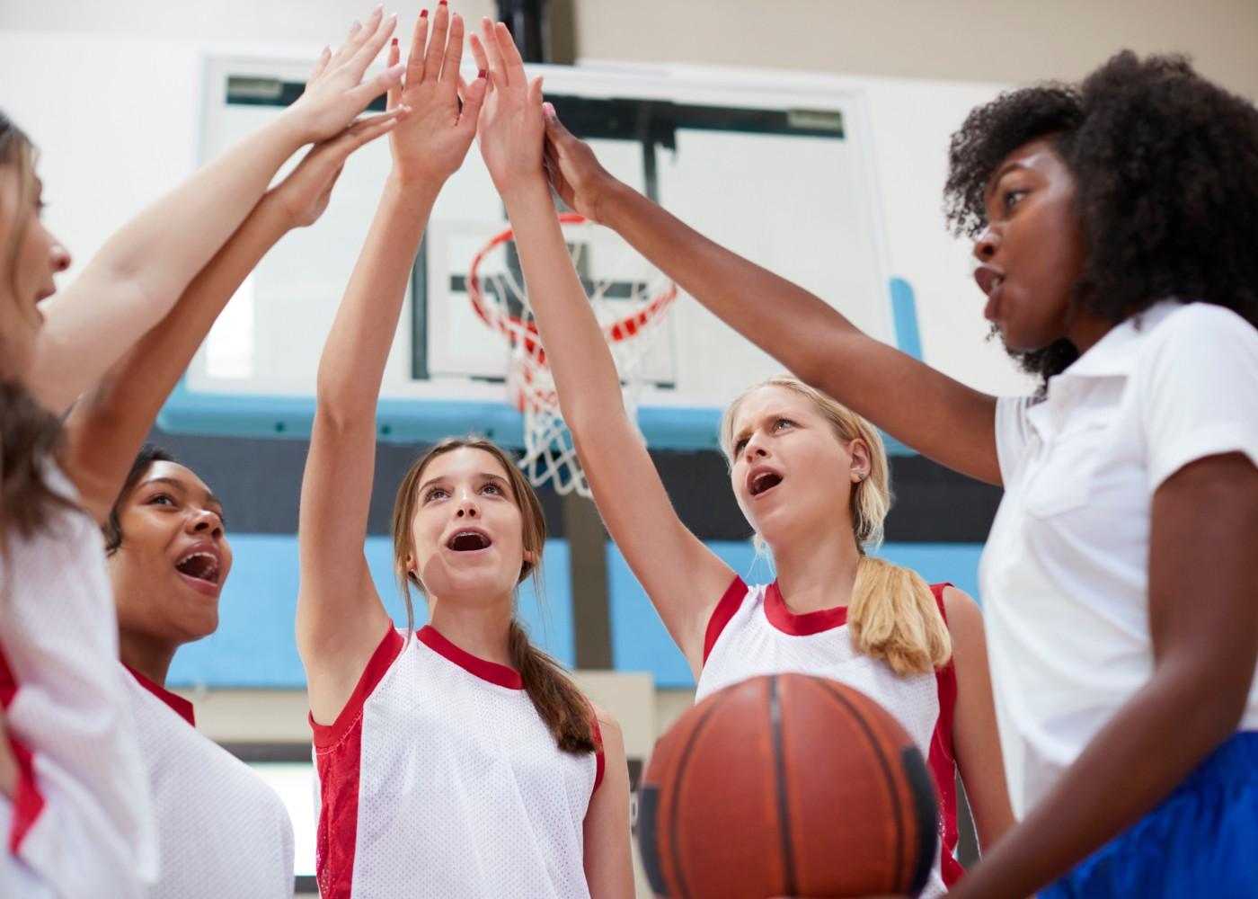 equipa feminina de basquetebol a iniciar o treino