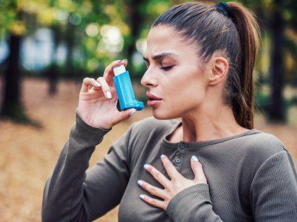 Mulher com ataque de asma
