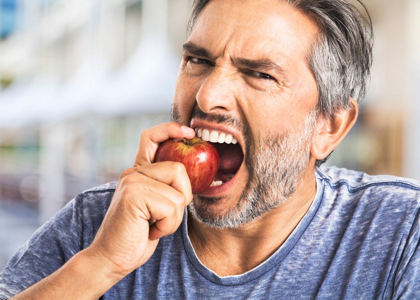 Homem a trincar maçã