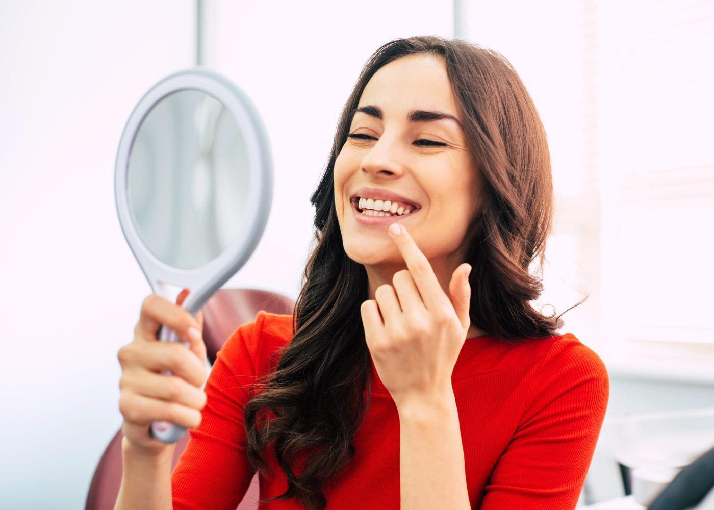 Mulher a branquear os dentes