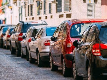 Carros estacionados em zona residencial