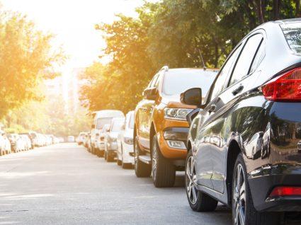 Carros estacionados com calor intenso dentro do carro