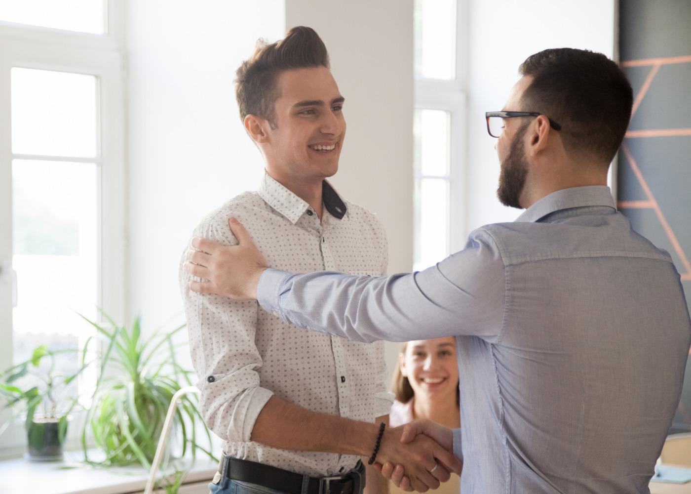 orientador a cumprimentar e felicitar estagiário