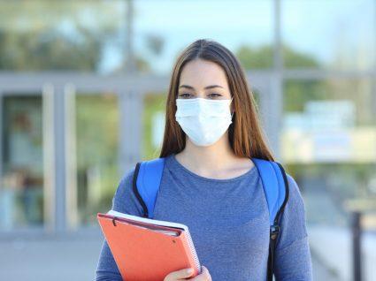 aluna com máscara à porta da escola