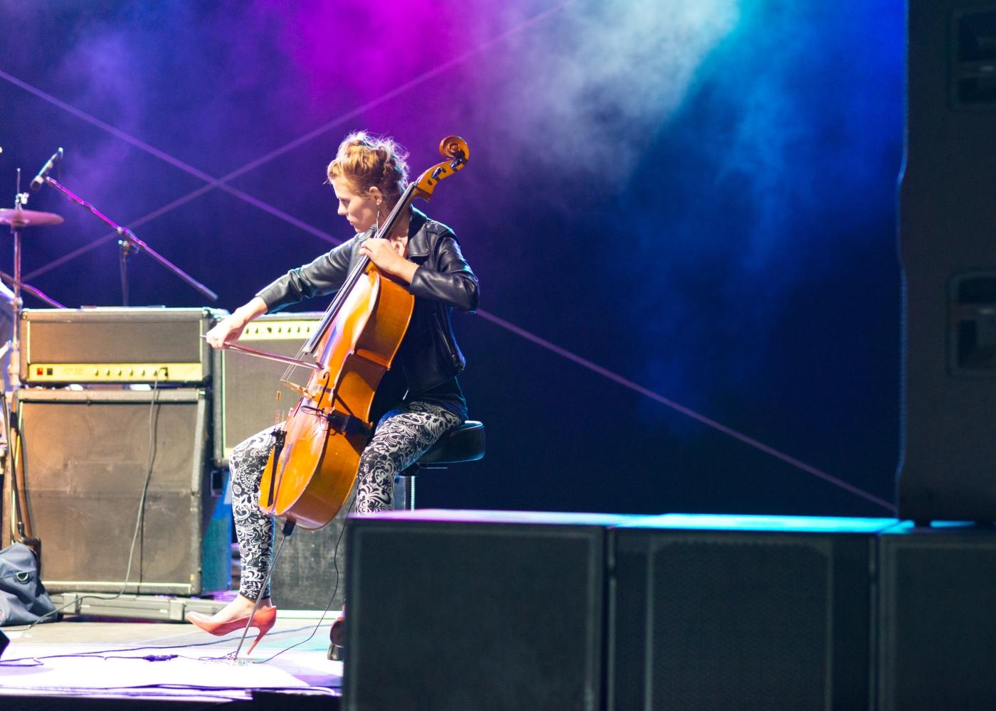 Mulher a tocar violoncelo em concerto ao vivo