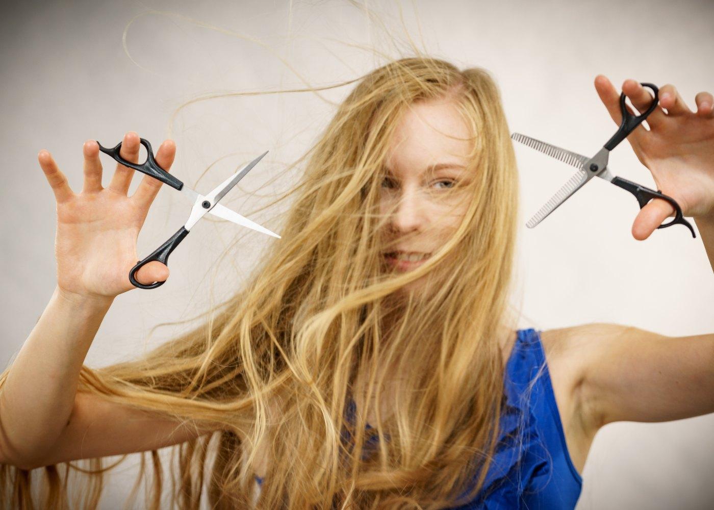 Mulher prestes a cortar o cabelo