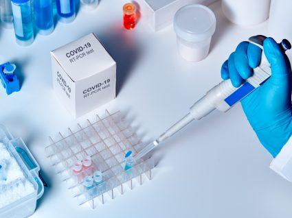 Multicare: técnico laboratorial a fazer testes de diagnóstico à COVID-19