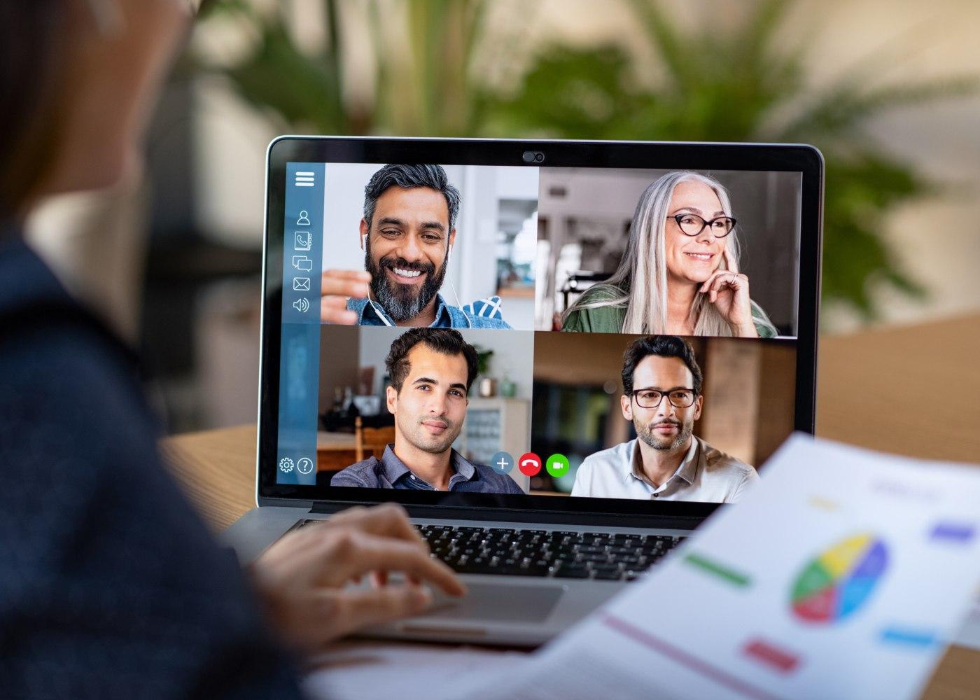 equipa em reunião online a provar a possibilidade da digitalização do trabalho