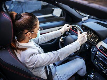 Mulher a conduzir com máscara