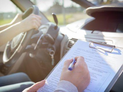 Mulher a fazer exame prático de condução