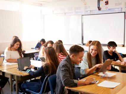 alunos divertidos na sala de aula a estudar