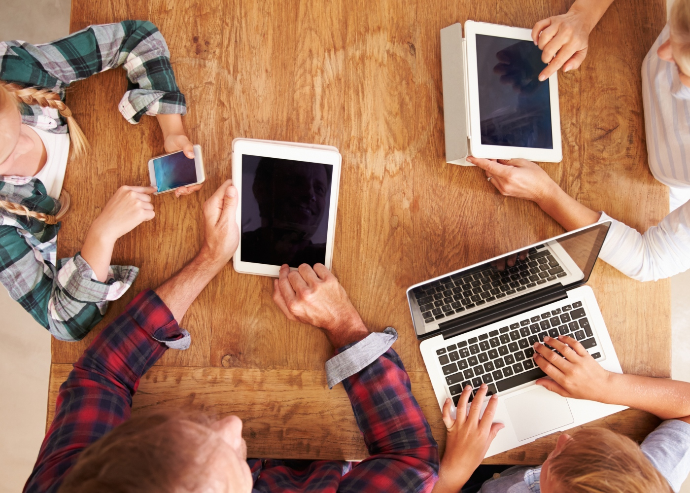 Fidelidade Cyber Famílias: família a utilizar dispositivos eletrónicos