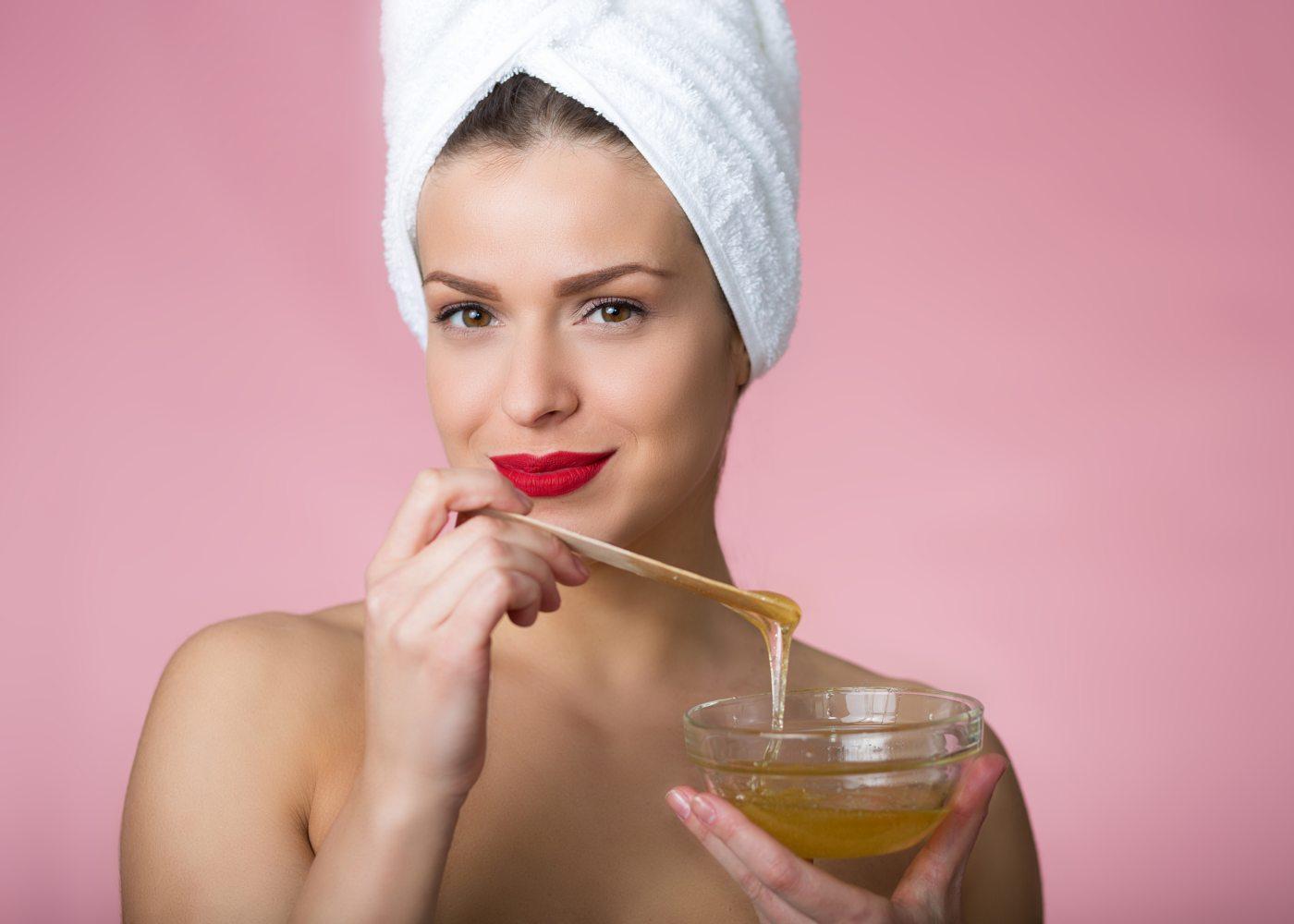 Mulher a experimentar máscaras com mel