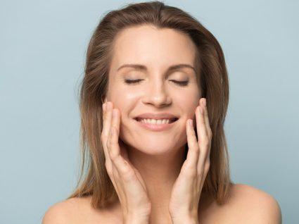 Mulher a fazer massagens faciais