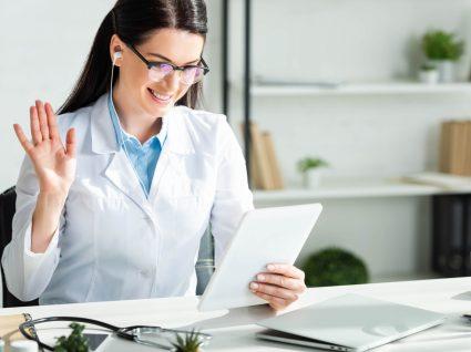 Médica a conversar com paciente numa consulta de medicina online
