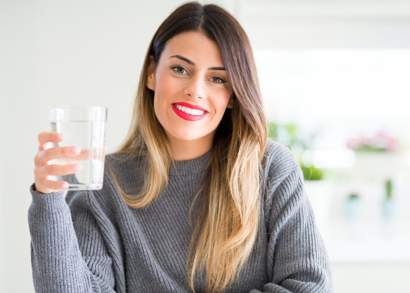 Mulher com copo de água