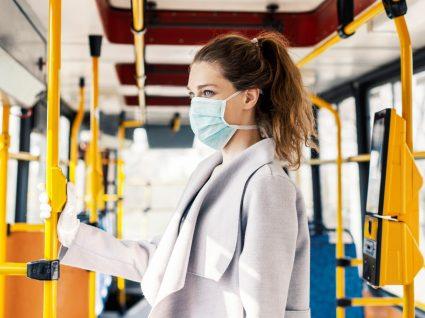 Mulher com máscara num autocarro