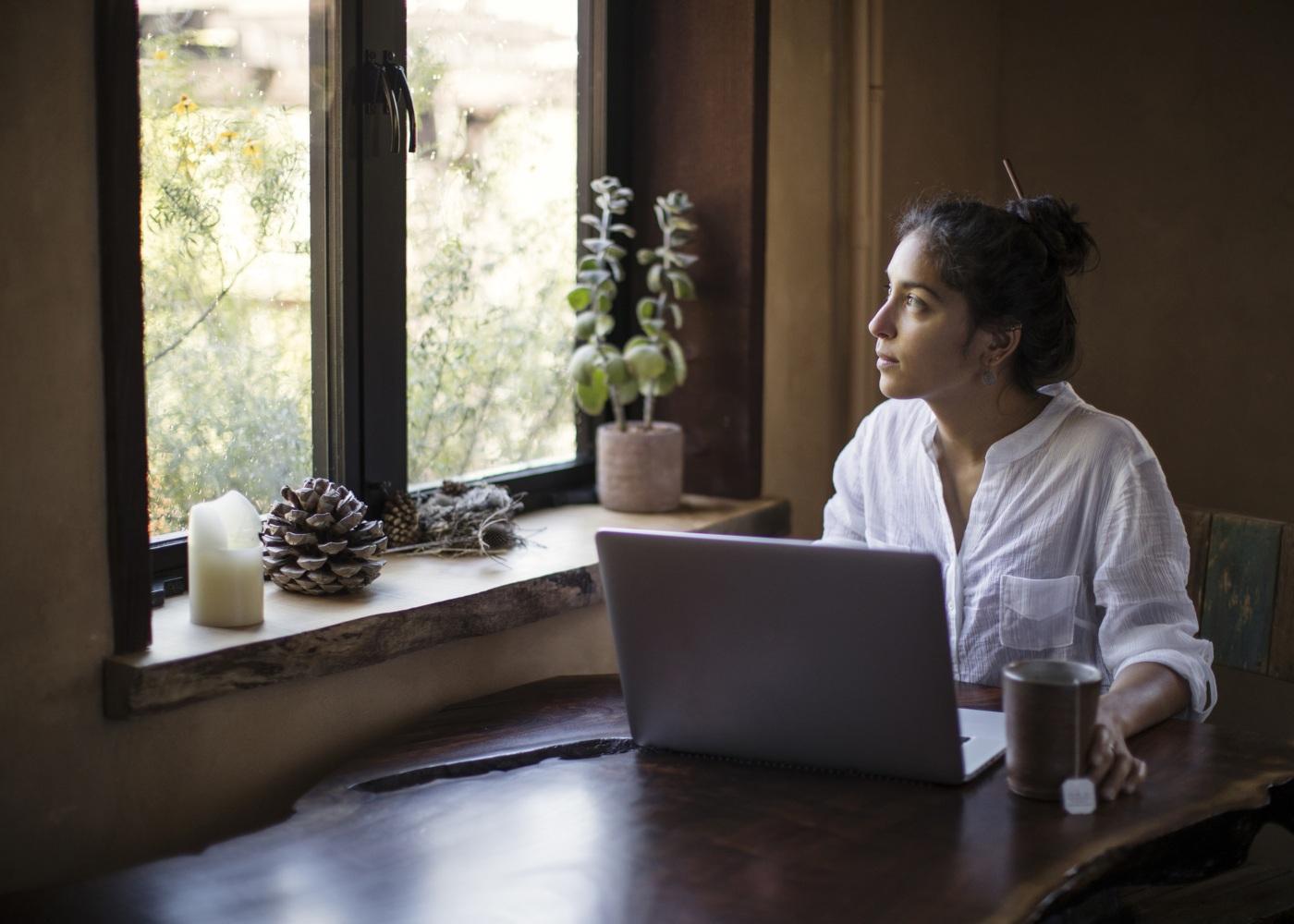 mulher-pensativa-trabalho