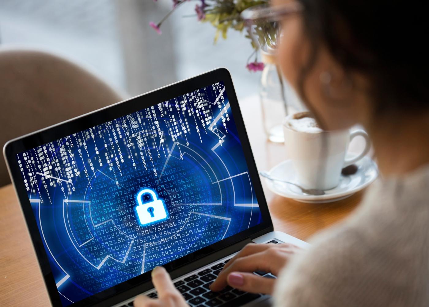 Mulher a trabalhar a partir de casa num computador seguro