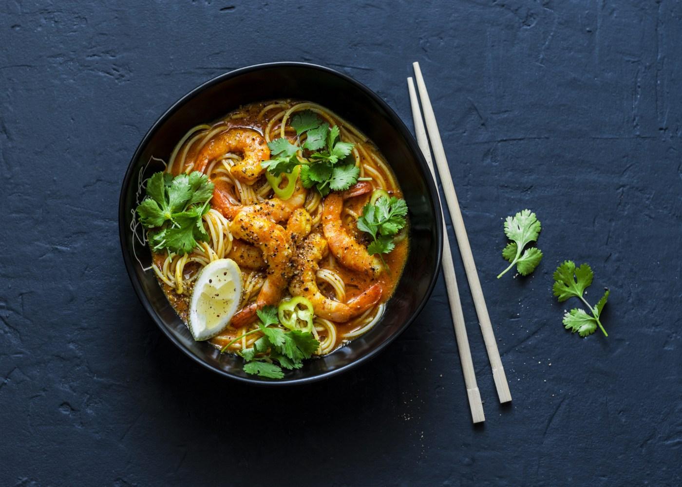 noodles com camarão