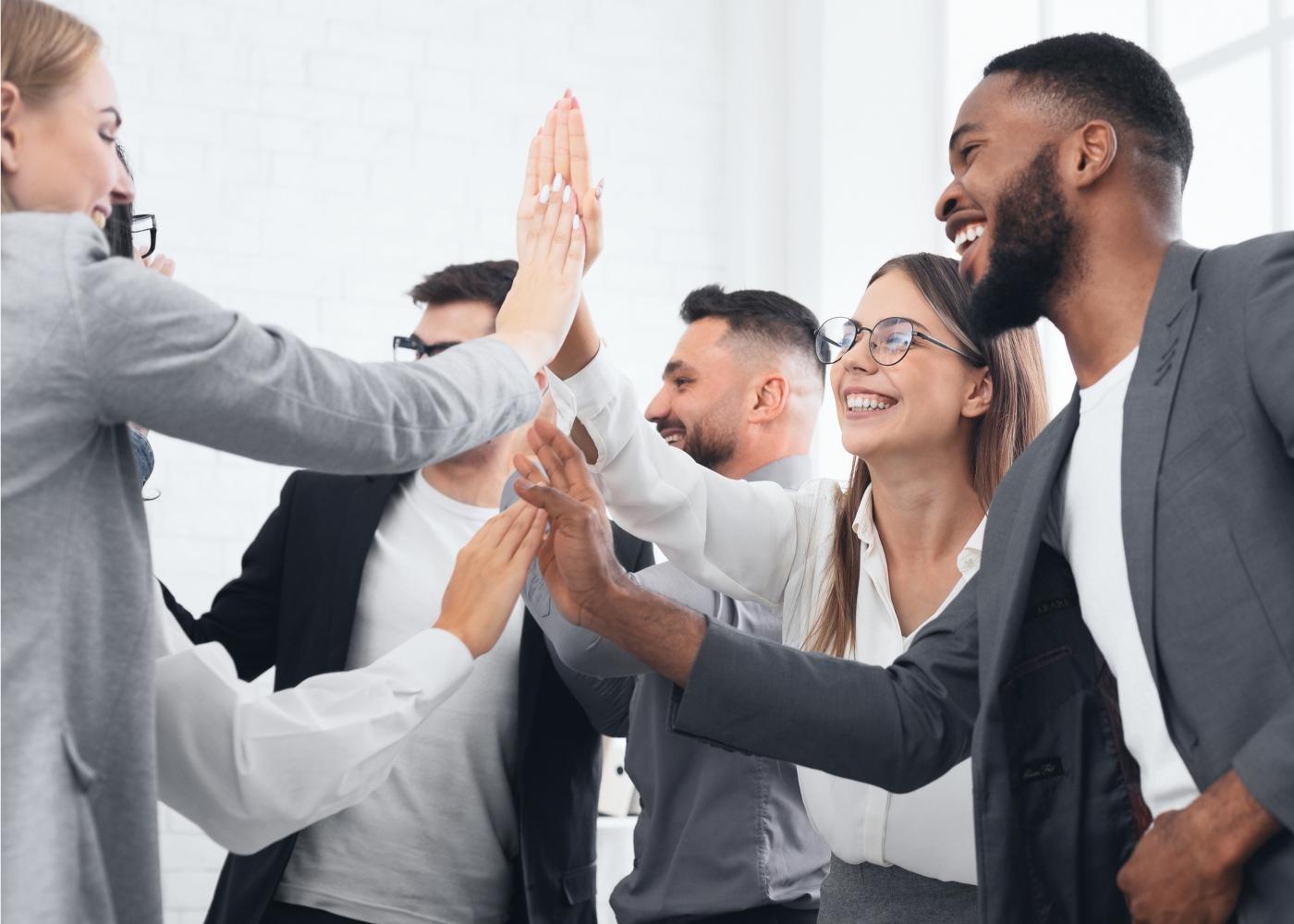 colegas de trabalho a felicitarem-se