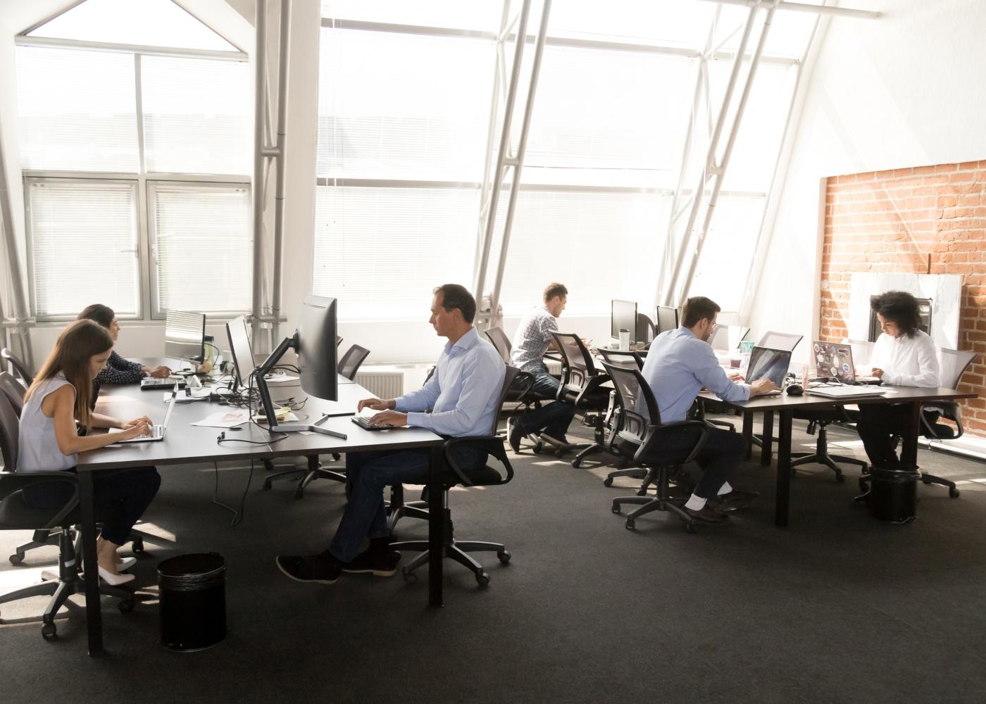 pessoas a trabalhar num escritório em open space