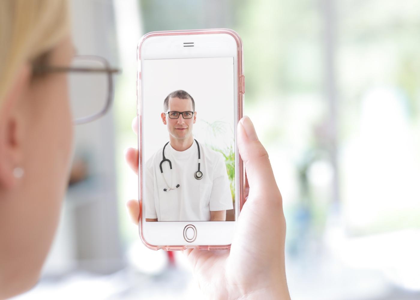 Mulher numa consulta de medicina online Multicare