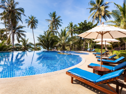 Viajar em 2020 é seguro: fotografia de piscina de hotel
