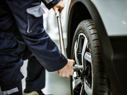 mecânico a colocar pneus novos à frente ou atrás