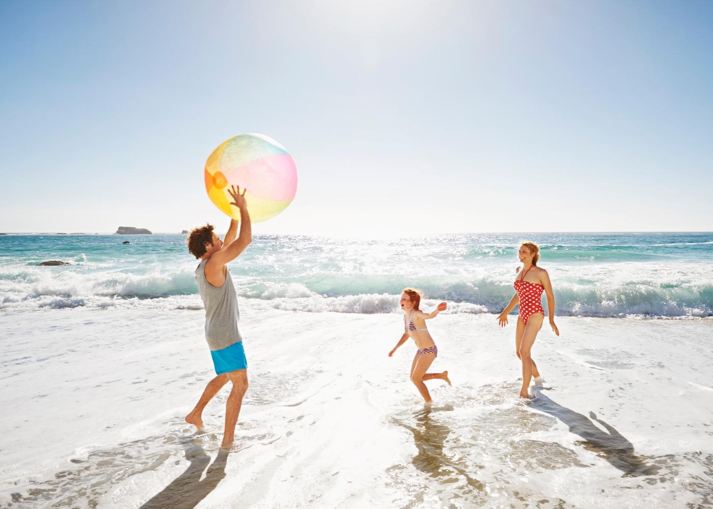 Família a divertir-se numa das praias com Bandeira Azul