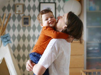 Mãe em casa a tomar conta do filho