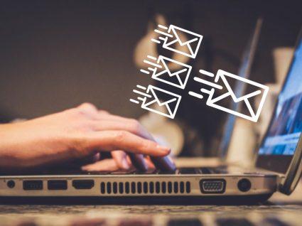pessoa ao computador a enviar mensagens