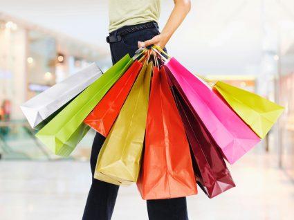 Mulher às compras nas promoções da Uterque e da Bershka