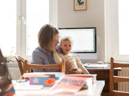 mulher em teletrabalho com filha