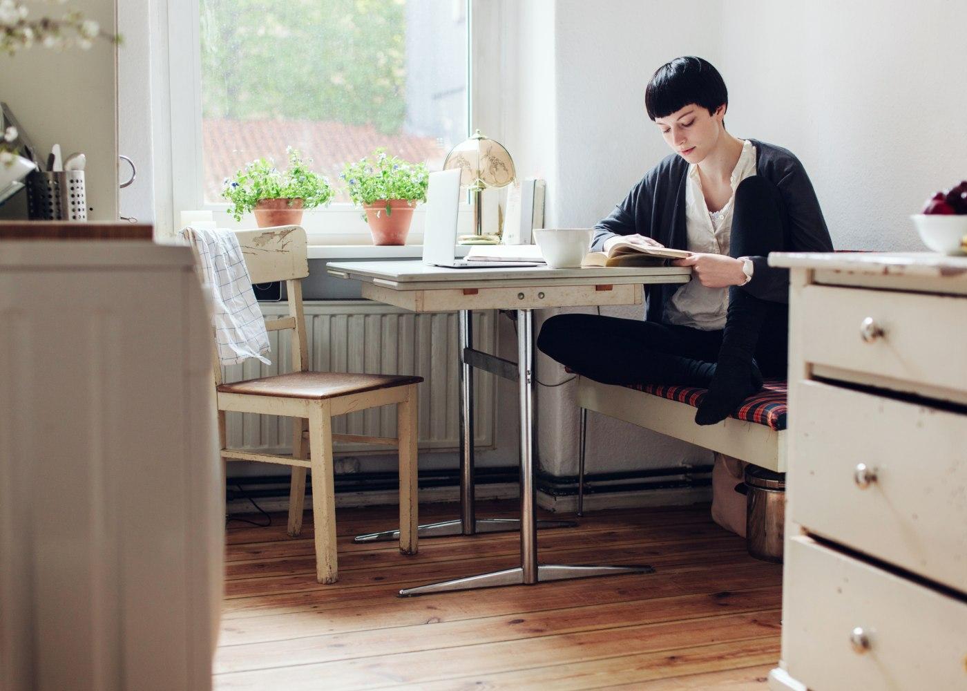 mulher a estudar em casa