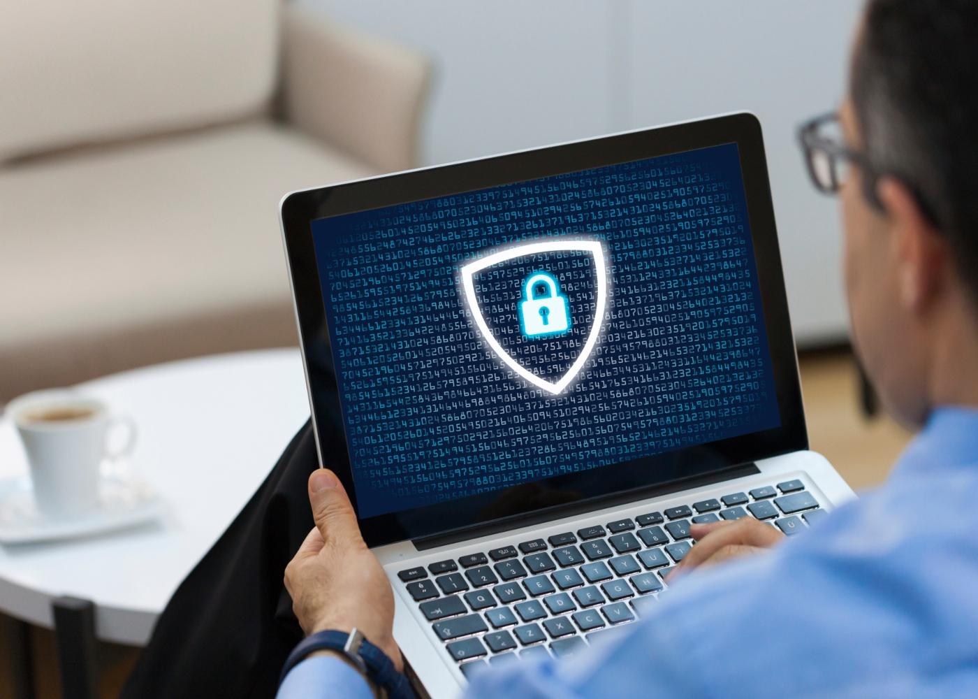 CEO a trabalhar num computador protegido contra ciber-ataques