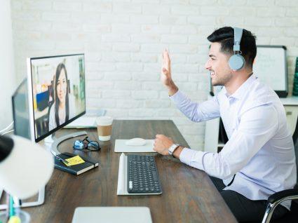 jovem a usufruir dos serviços de emprego por videoconferência