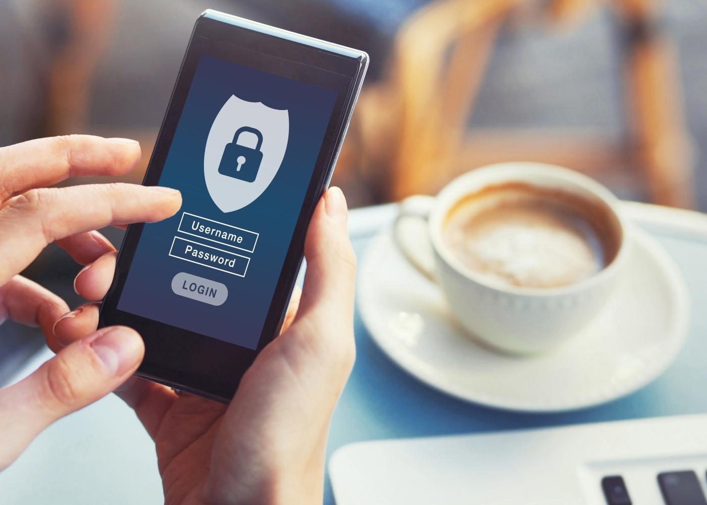 Fidelidade Cyber Famílias: mulher a navegar em smartphone protegido com password