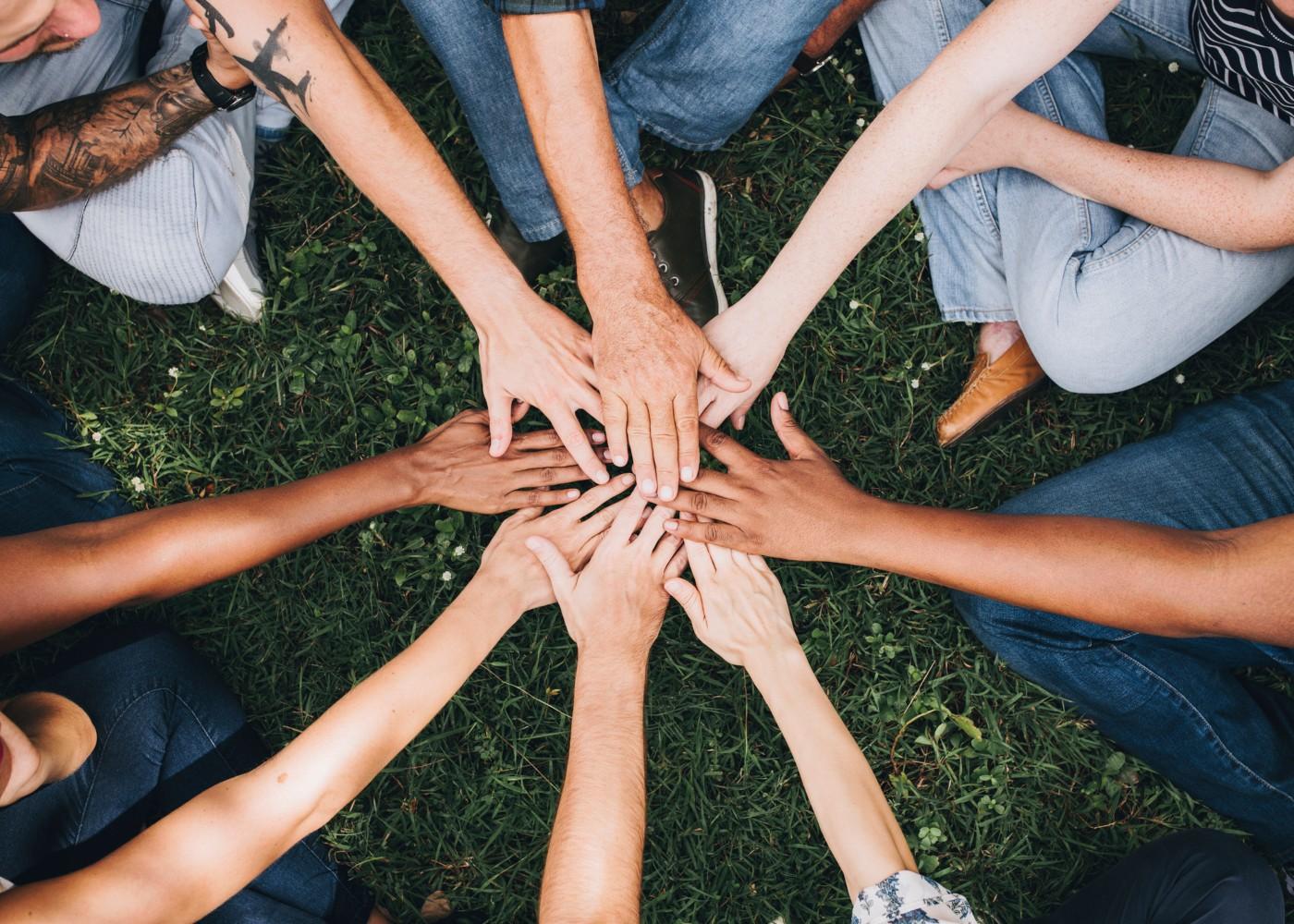 mãos de equipa reunidas ao centro