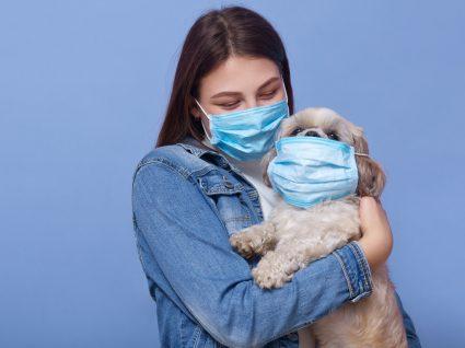 Mulher leva cão ao veterinário durante a pandemia