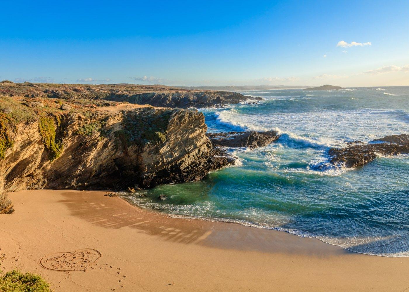 Praia de Porto Côvo para viajar em junho