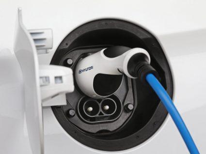 foco em carro elétrico a ser carregado