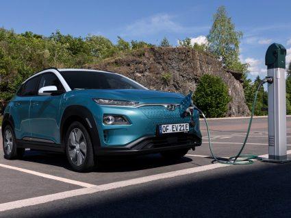 blue academy: carro elétrico a carregar