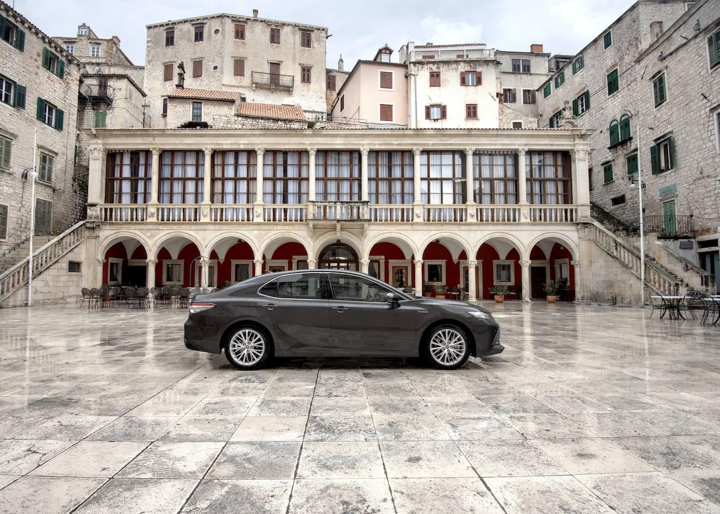 Camry Toyota parado numa paisagem urbana